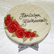 Geburtstagstorte mit Rosen verziert